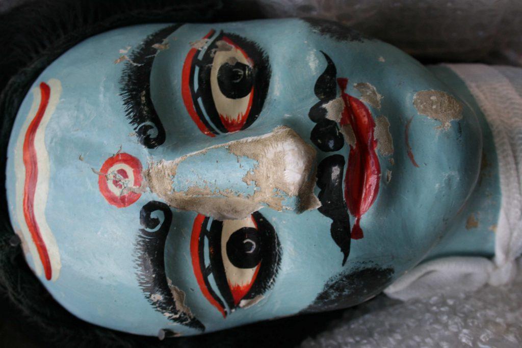 Marionnette Dang-er Putul | après reconstitution d'un nez en argile et fixation de la toile de lin avec les restes de couche picturale
