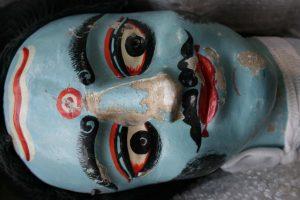 Marionnette Dang-er Putul   après reconstitution d'un nez en argile et fixation de la toile de lin avec les restes de couche picturale