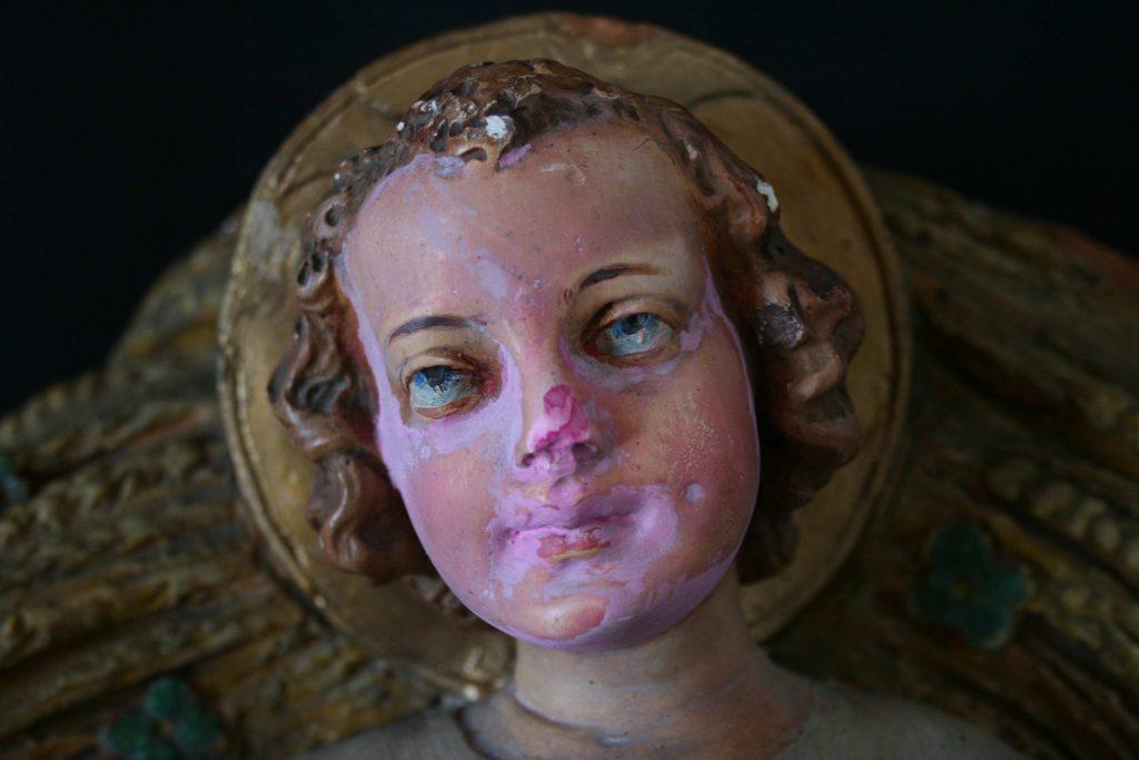 Personnage de crèche : détail du visage de Jésus | avant restauration
