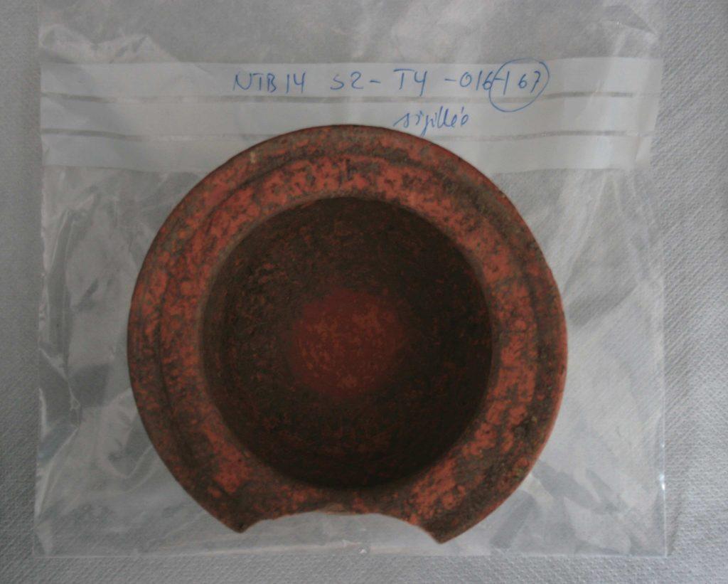 Bol en terre cuite sigillée | Musée du Malgré-Tout - avant nettoyage