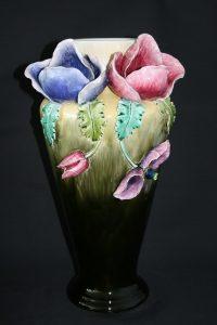 Vase en barbotine de faïence après restauration